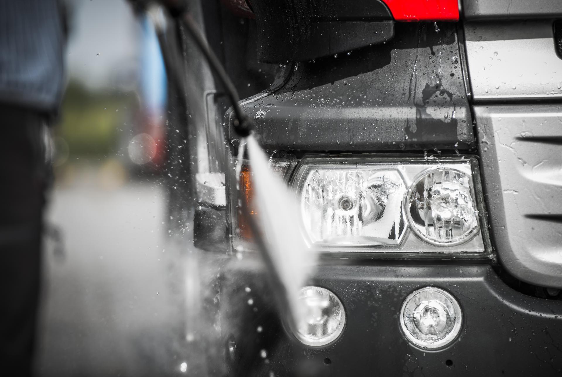 manual-truck-washing-PGHUR8A